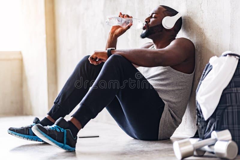 Skołowany przystojny afrykański sporty facet ma wolnego czas zdjęcia royalty free
