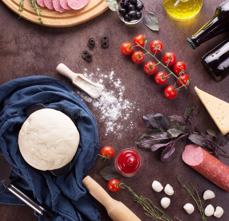 Skończony ciasto i składniki dla pizzy obraz stock