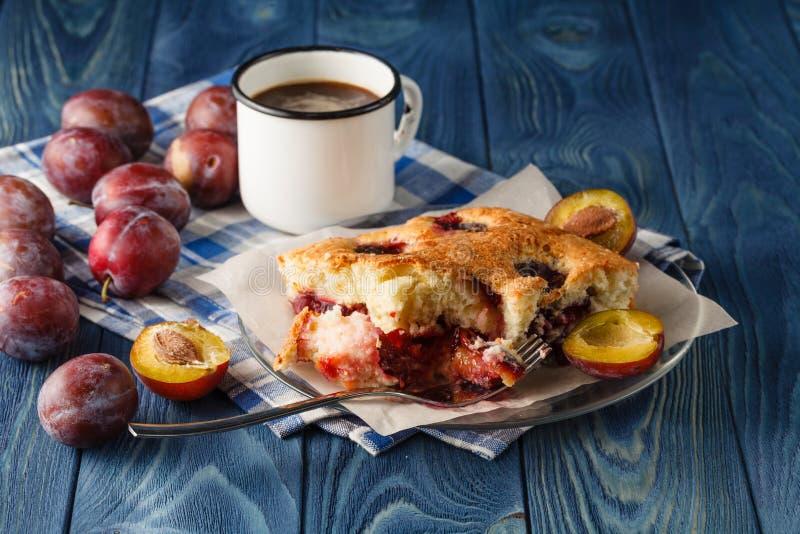 Skończony kulebiak pióropusze i brzoskwinie na drewnianym biurku błękitnym bac i obraz royalty free