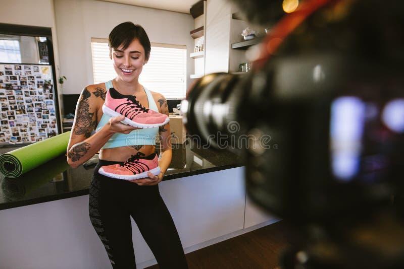 Sko för Vlogger inspelningsportar som granskar videoen på kamera arkivfoto