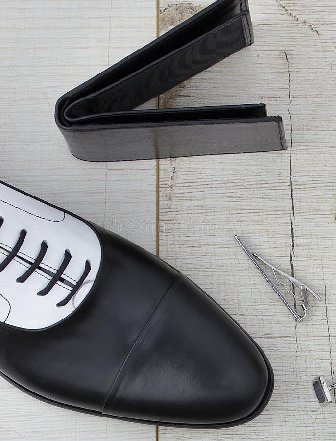 Sko och plånbok på träyttersida royaltyfri foto