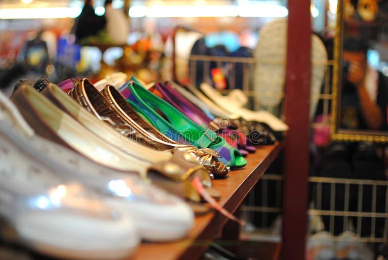 Sko som säljer i marknad arkivbilder
