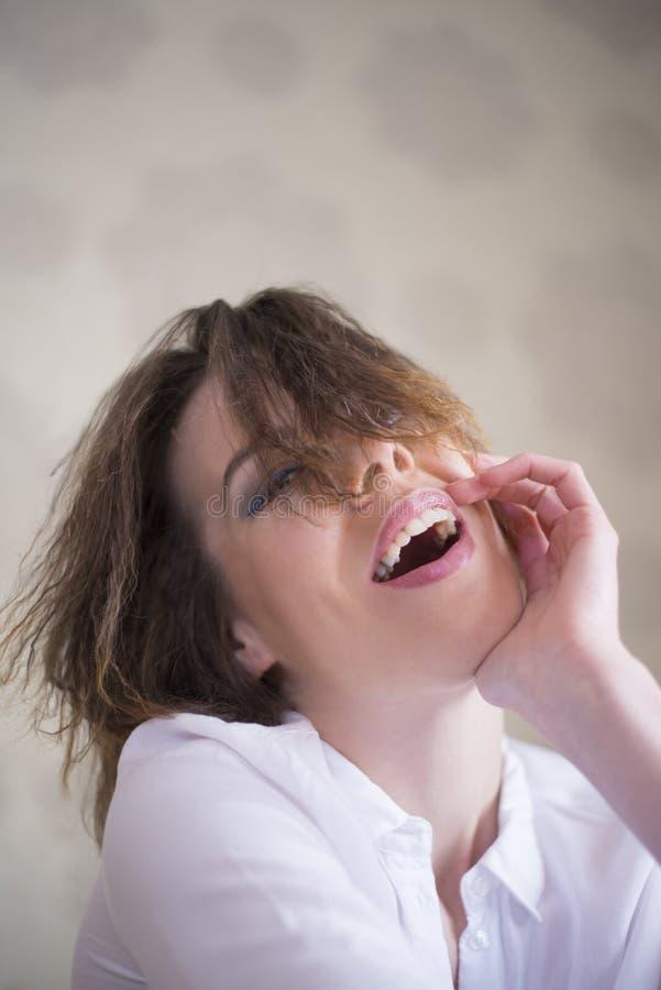 Skoczna kobieta ma dobrego śmiech obrazy royalty free
