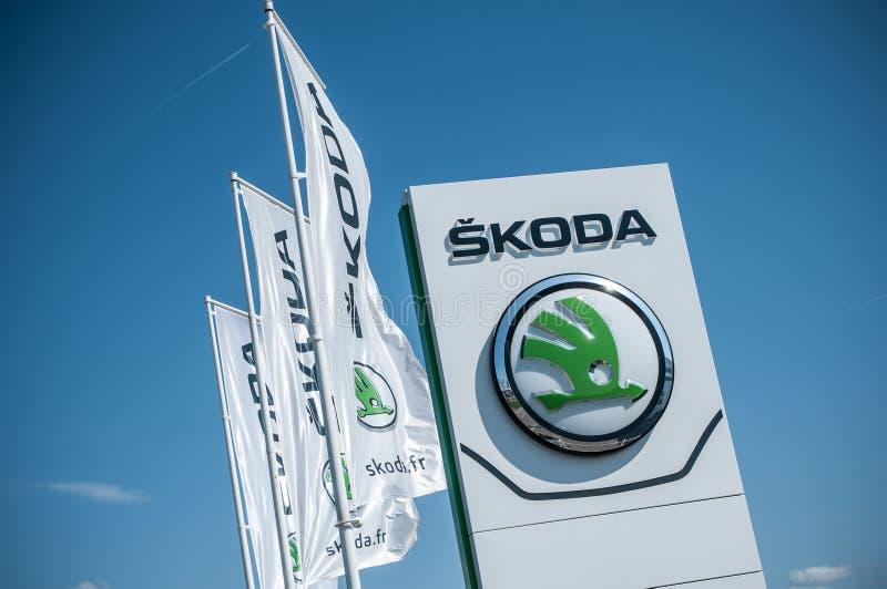 ` Skoda ` бренда чехословакский бренд signage автомобилей на выставочном зале стоковое изображение