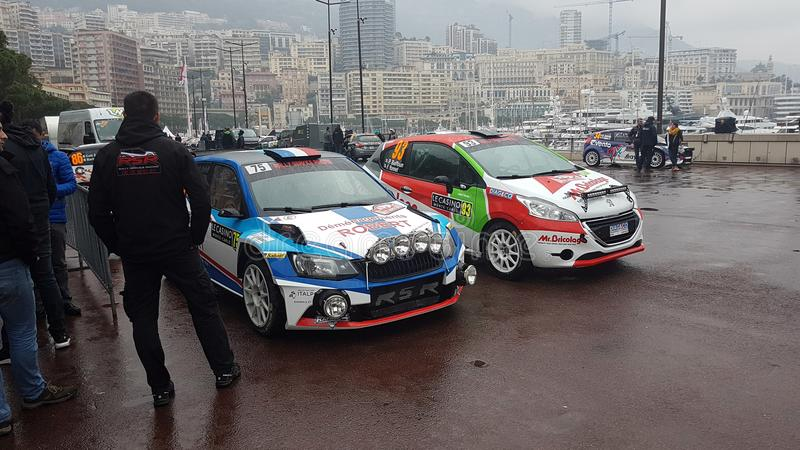 Skoda Fabia R5 e Peugeot 208 reagrupam carros - Rallye Monte - Carlo 2 imagem de stock