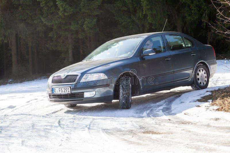 Skoda Octavia chasse la route sur une voie de neige photos libres de droits