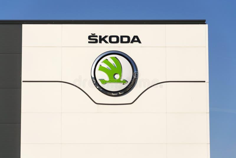 Skoda-Selbstautomobilhersteller von die Volkswagen Gruppe Firmendem logo vor Verkaufsstellegebäude stockbilder
