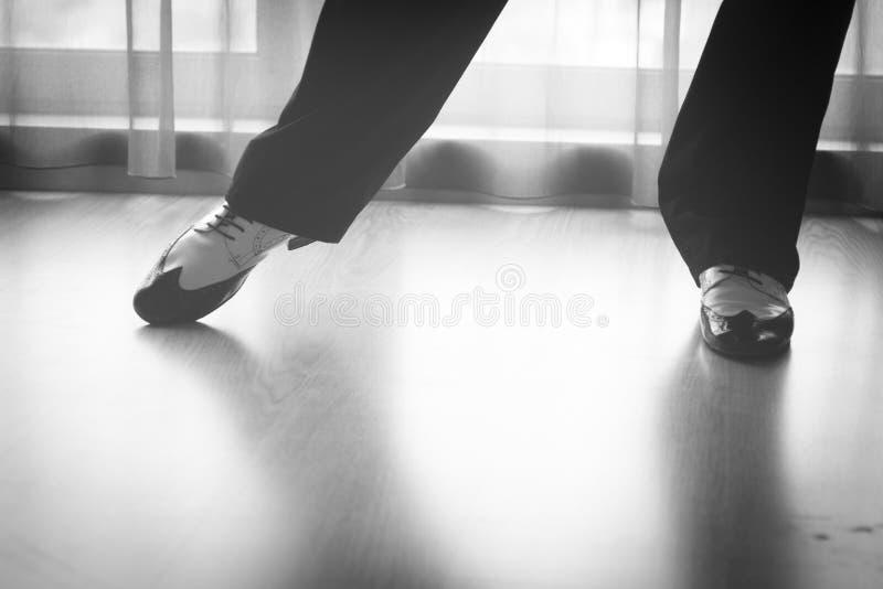 Skofoten lägger benen på ryggen den manliga dansaren för läraren för balsaldansen arkivbilder