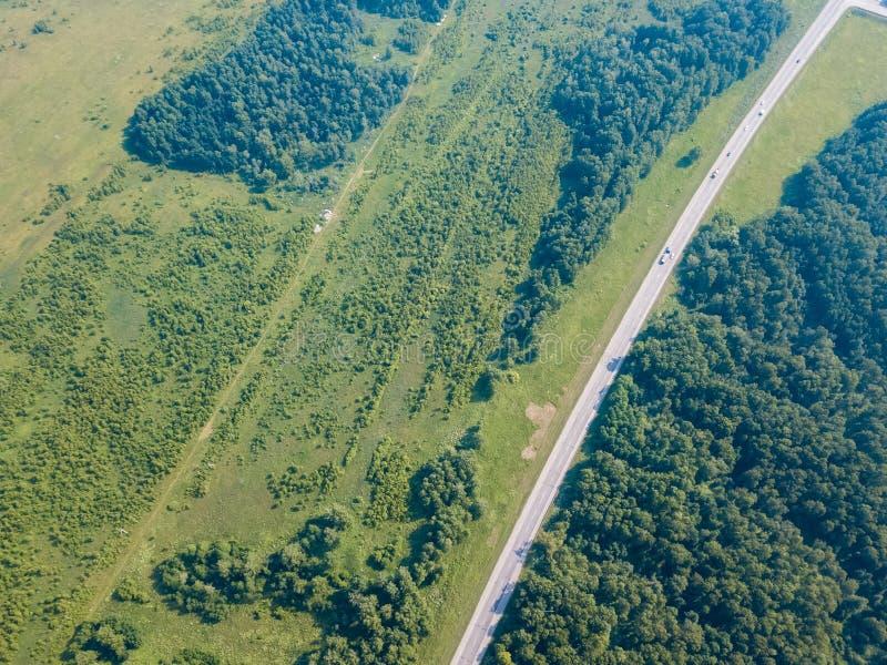 Skog för helikoptersurrskott med vägen arkivfoto