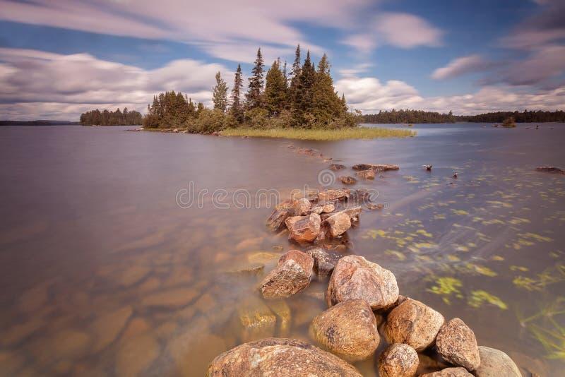Skog sjön i provinsiell Algonquin parkerar, Ontario, Kanada royaltyfria foton