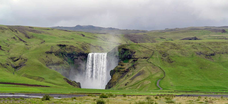 Skogafoss瀑布- Skogar村庄,冰岛 图库摄影