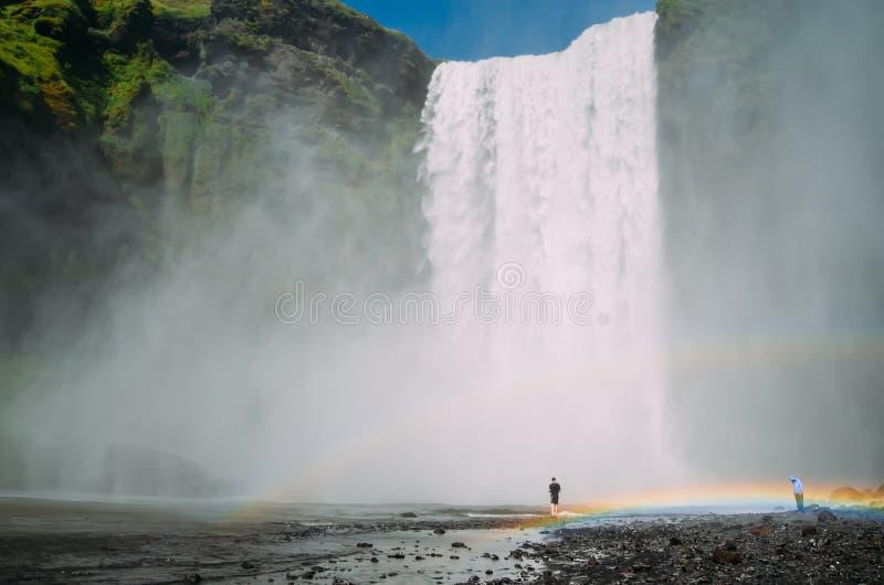 Skogafoss - een waterval in IJsland met twee regenbogen stock foto's