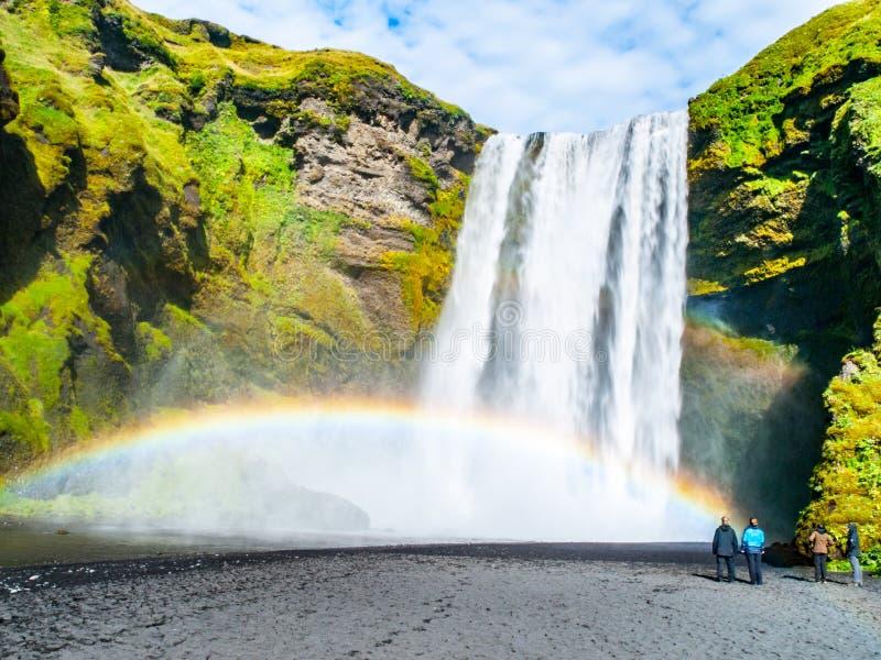 Skogafoss - en av de mest h?rliga vattenfallen p? solig dag med regnb?gen, Skogar, Island arkivbild