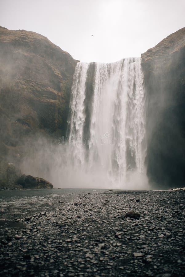 Skogafosswaterval, zuidelijk deel van IJsland, bij donkere weathernn royalty-vrije stock foto