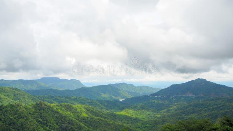 Skogberg och molnen royaltyfria bilder
