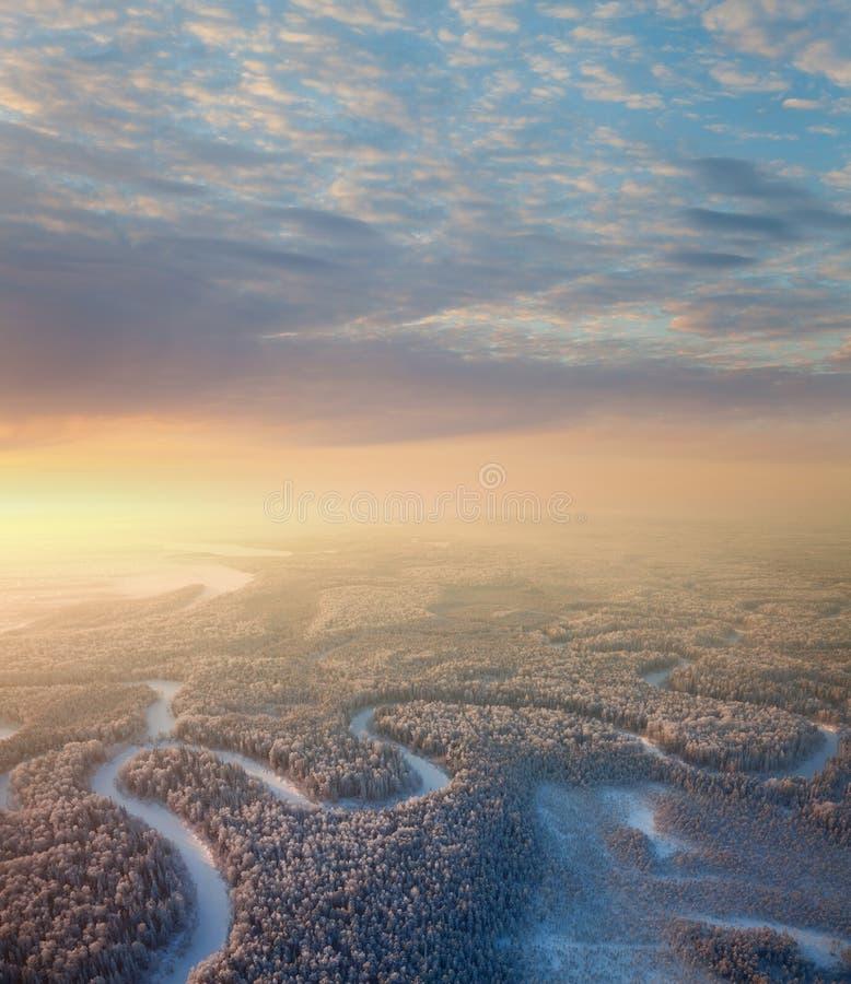 Skogflod med härlig soluppgång i vinter royaltyfri foto