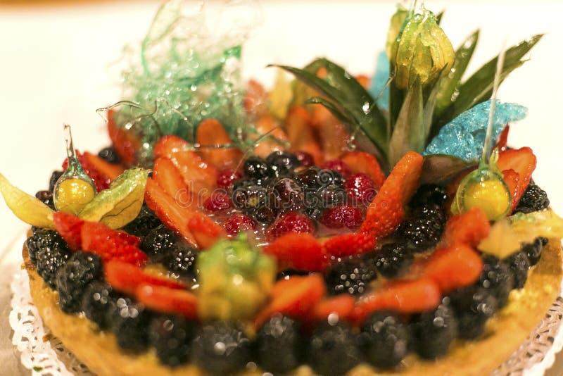 Skogfruktkaka, jordgubbar och mascarponekräm Läcker kaka av skogbär Mat efterrätt, kaka bär arkivfoto