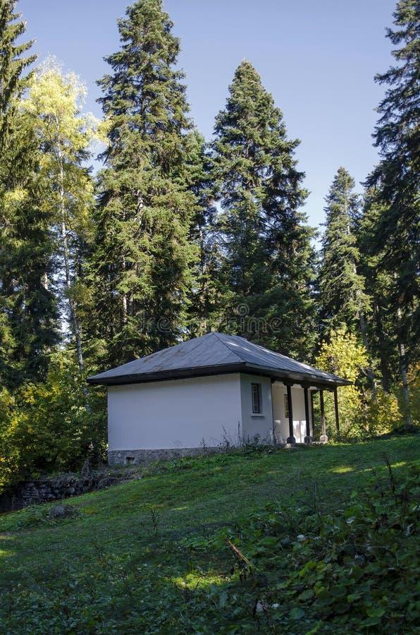 Skoghuset i det gammalt parkerar Tsarska eller kungliga personen Bistritsa nära vid semesterorten Borovets, det Rila berget fotografering för bildbyråer