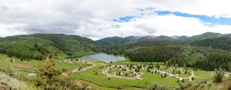 Skogig sjödelstatspark Colorado arkivbild