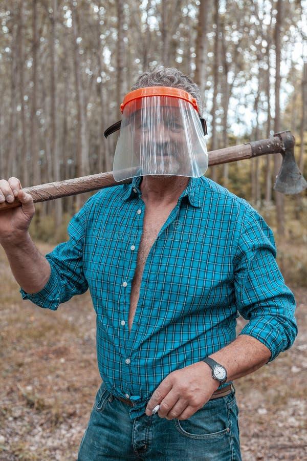 Skogsarbetare i handling på arbete i en skog royaltyfri bild
