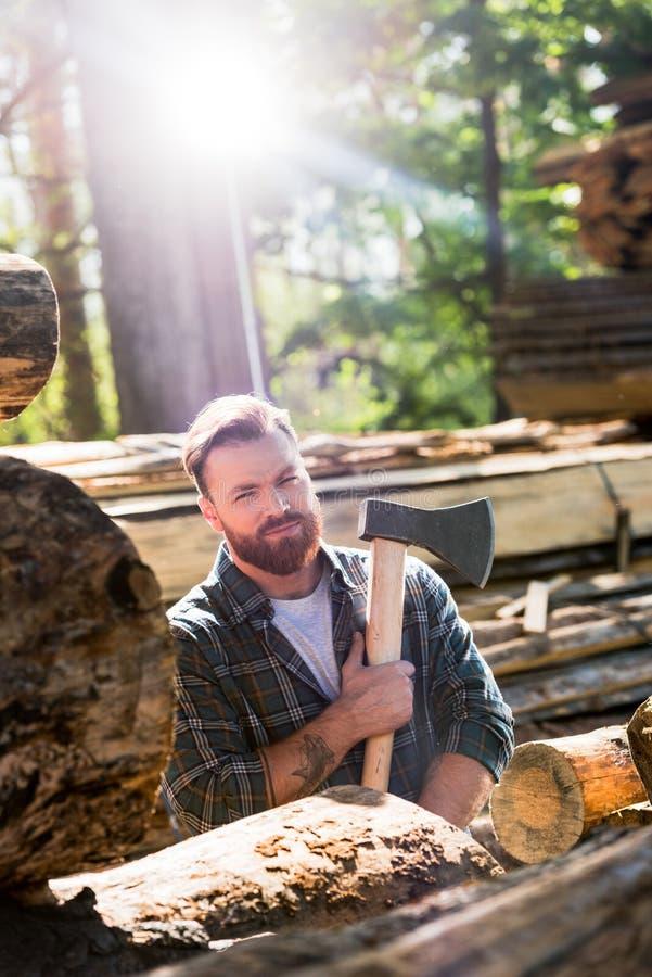 skogsarbetare i rutig skjorta med den tatuerade handinnehavyxan royaltyfria foton
