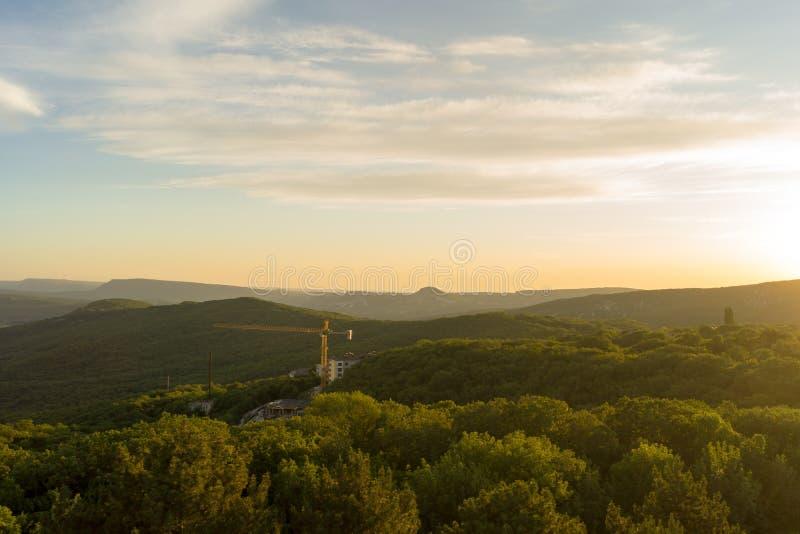 Skogsbevuxna berg på solnedgången royaltyfri bild