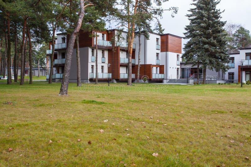 Skogsmarkhotell - moderna lägenheter royaltyfri foto