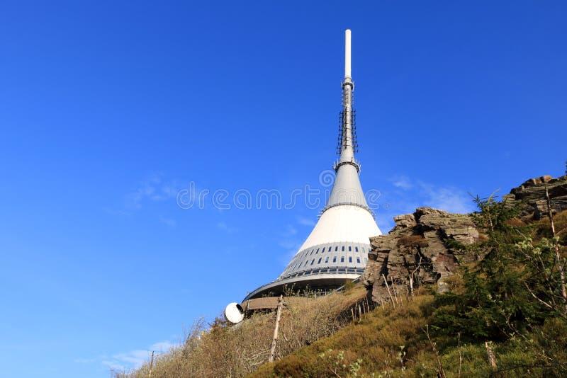 Skojat torn, turist- dragning n?ra Liberec i Tjeckien, Europa, torn f?r TVTV-s?ndning royaltyfria foton