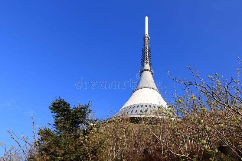 Skojat torn, turist- dragning n?ra Liberec i Tjeckien, Europa, torn f?r TVTV-s?ndning arkivfoton