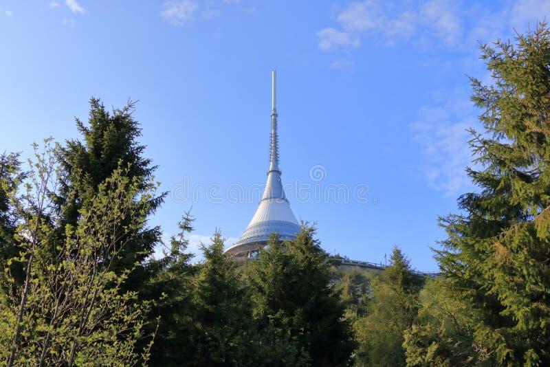 Skojat torn, turist- dragning n?ra Liberec i Tjeckien, Europa, torn f?r TVTV-s?ndning arkivfoto
