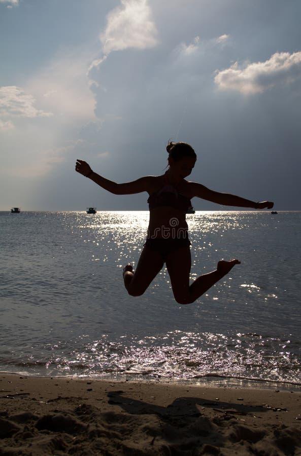 Skok na plaży zdjęcie royalty free