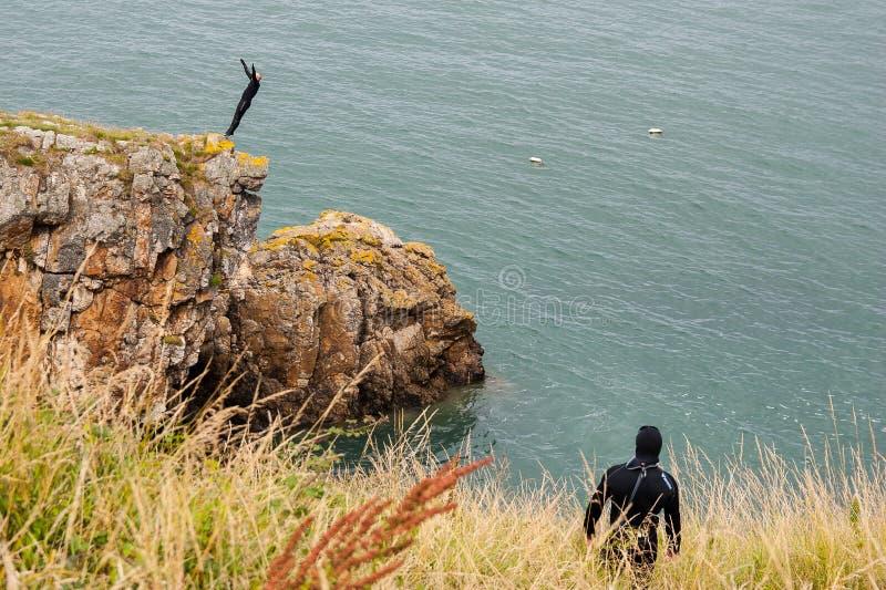 Skoki od falezy przy Howth Dublin okręgiem administracyjnym Irlandia, Irlandzki morze zdjęcia stock