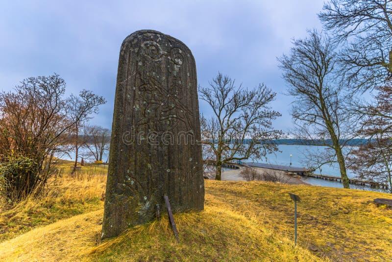 Skokloster, Zweden - April 1, 2017: Viking Runestone dichtbij Skoklo stock fotografie