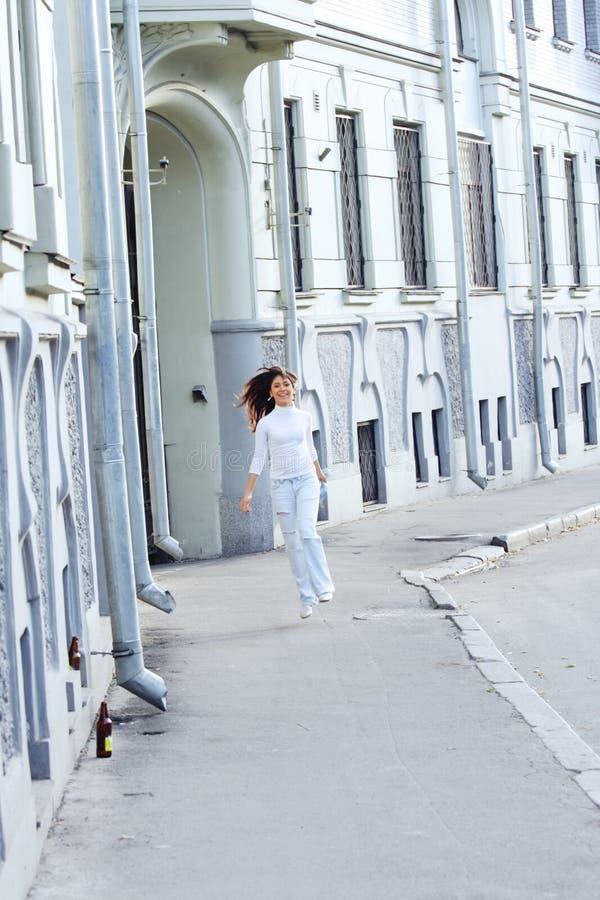skokowa dziewczyny ulica fotografia royalty free