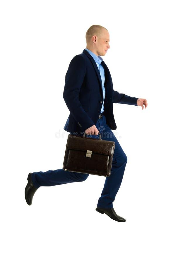 Skokowy biznesmen w kostiumu z teczką, odizolowywającą na białym tle, pełny długość portret fotografia royalty free