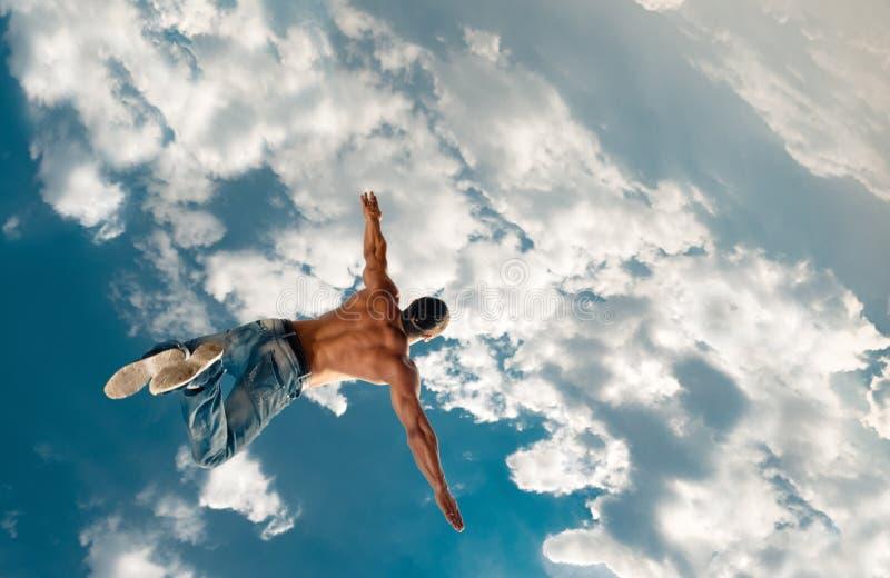 Skoku mężczyzna pod niebem zdjęcie stock