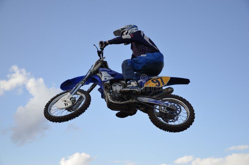skoku moto motocyklu setkarza spektakularny obrazy stock