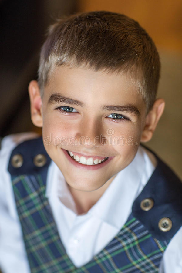 Skola-ålder pojke som ler på kameran royaltyfria foton