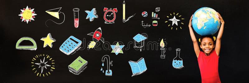 Skola det hållande världsjordklotet för flickan och utbildningsteckningen på svart tavla för skola royaltyfri foto