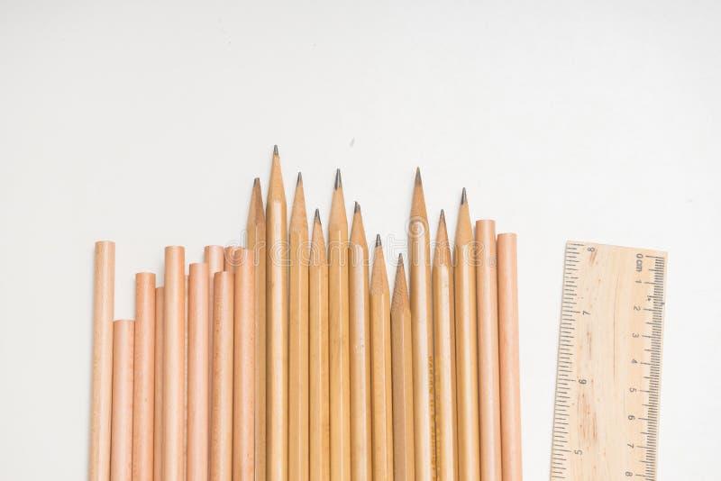 skola- eller formgivaretillbehören ställde in - linjalen och blyertspennor på vit royaltyfri fotografi