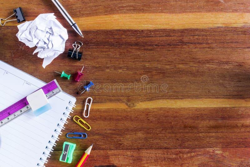Skola- eller kontorstillförsel överst av trätabellen royaltyfria foton
