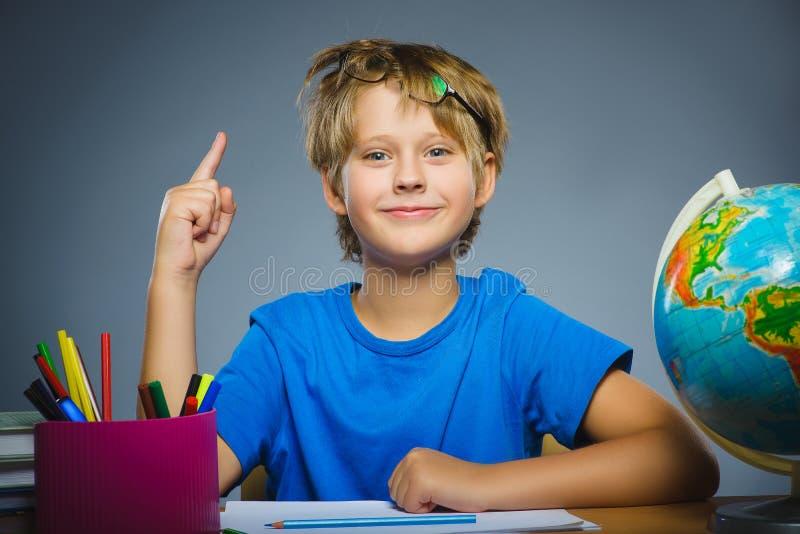 skola för copyspace för begrepp för svarta böcker för bakgrund Closeupen gjorde en gest barnet, pojken fann idé eller lösningen arkivfoton