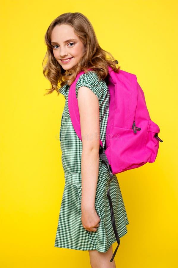 skola för flicka för ryggsäck bärande rosa nätt royaltyfri fotografi