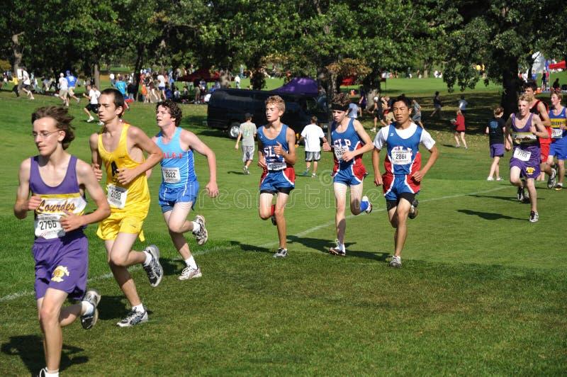 skola för hög race för pojkelandskors running royaltyfri foto