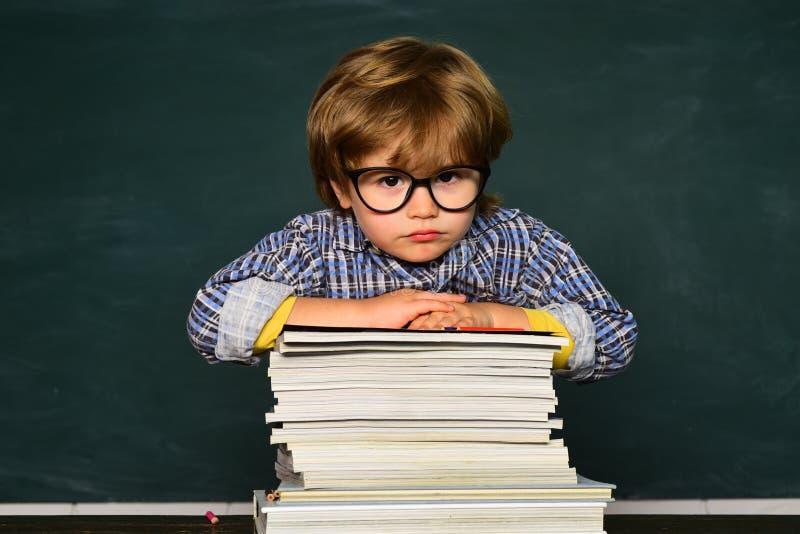 skola f?r l?rande behandling f?r element?ra exellent flickor f?r pojke lat Utbildning tillbaka skola till Skolbarn eller förskole royaltyfri bild