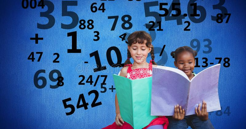 Skola flickaläseböcker medan nummer som flyger i bakgrund royaltyfri bild