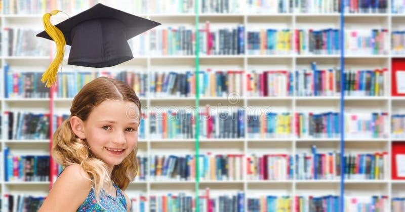 Skola flickan i utbildningsarkiv med avläggande av examenhatten arkivfoto
