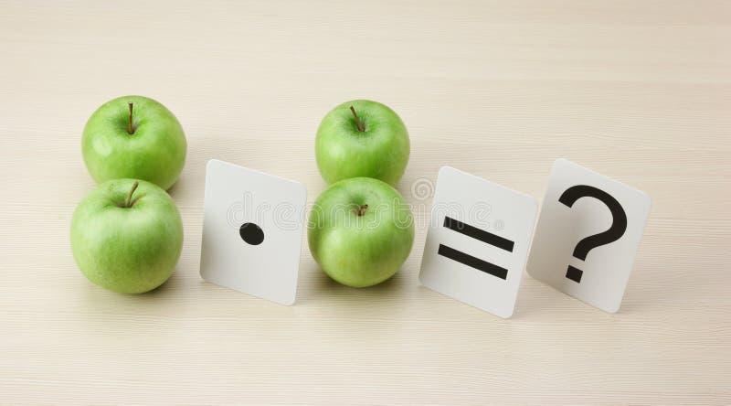 Skola kortet och äpplet med math royaltyfria bilder