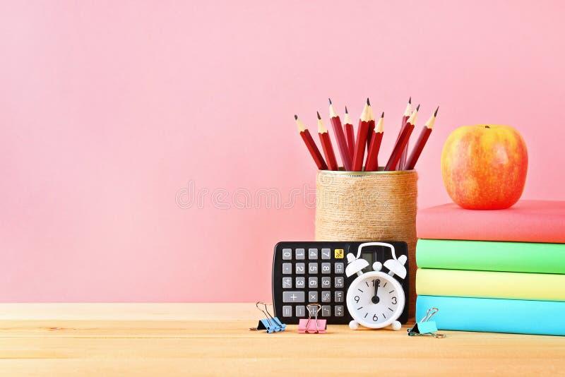 Skola- och kontorstillförsel på en rosa bakgrund tillbaka skola till royaltyfria bilder