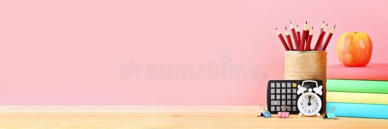 Skola- och kontorstillförsel på en rosa bakgrund tillbaka skola till arkivbild